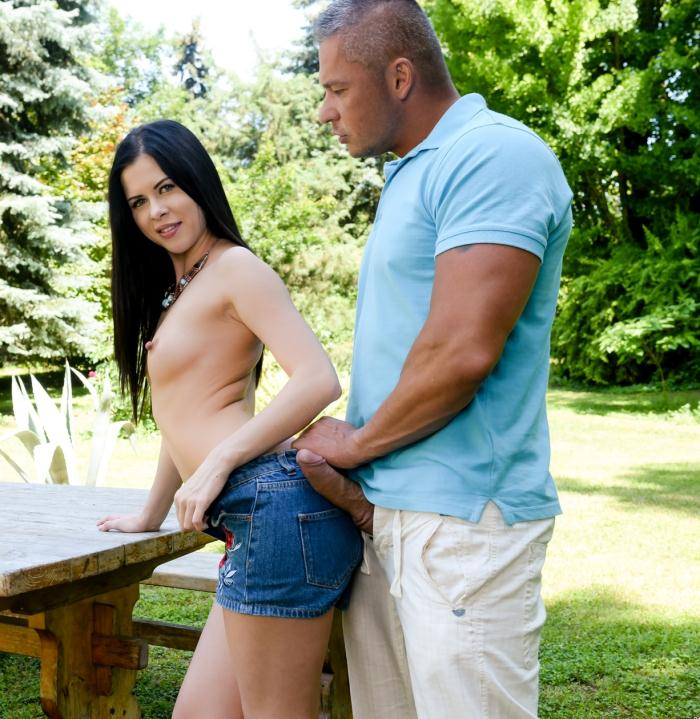 Cassie Right  - Breaking In The Backyard  [Pix porn/FullHD]