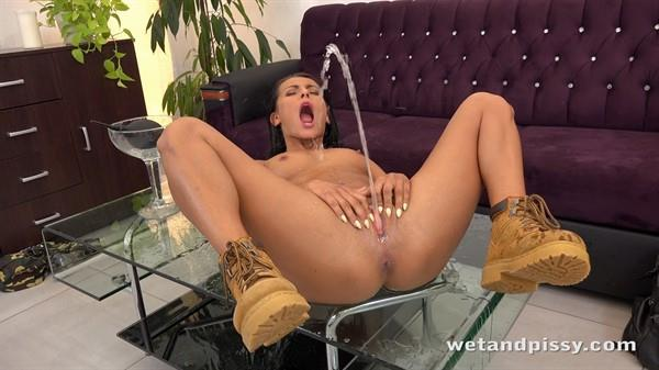 Exclusive Pissing: Lexi Dona - Army Lexi (FullHD/2016)