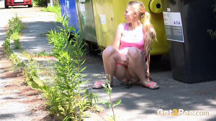 Exclusive Pissing - Lili - By The Bins (01.09.2016) [FullHD 1080p]