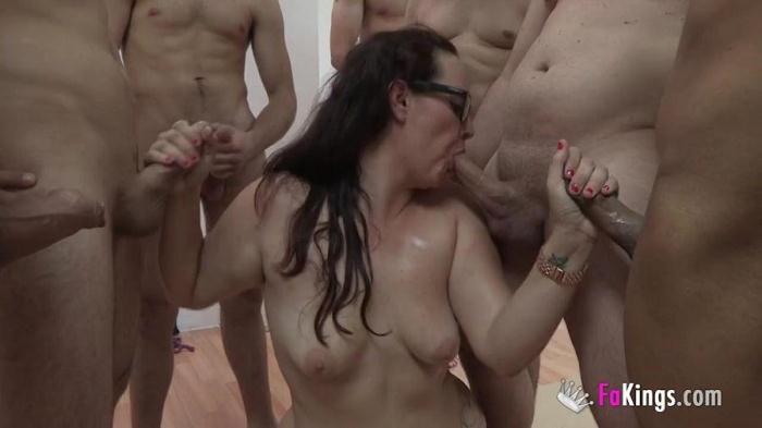 F4k1ngs.com - Bimba Rux - Bukkake! La dependienta del Sex Shop SE LO TRAGA TODO, TODO (Bukkake, Group sex) [HD, 720p]