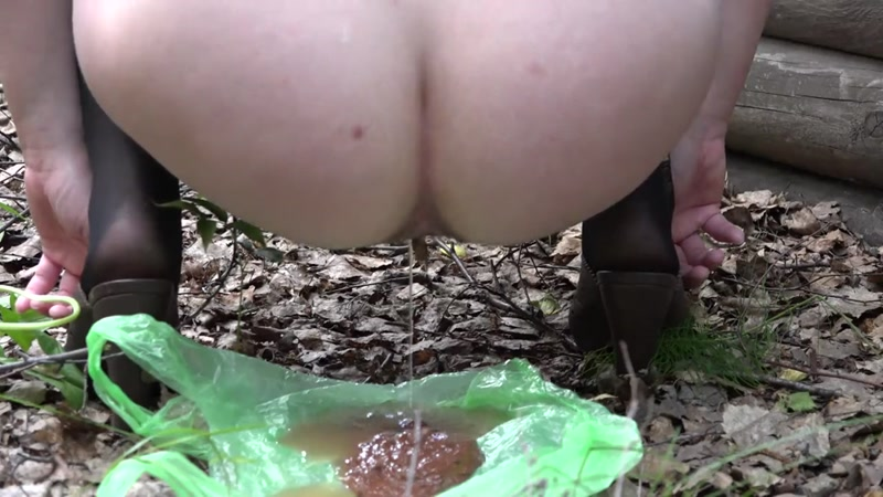 A girl in stockings and skirt shit on the package - Solo (SCAT / 25 Sep 2016) [FullHD]