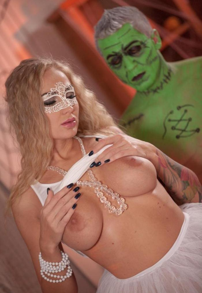 Kayla Green - Halloween themed naked massage with oil turns into sensual sex for blonde  [HD 720p]