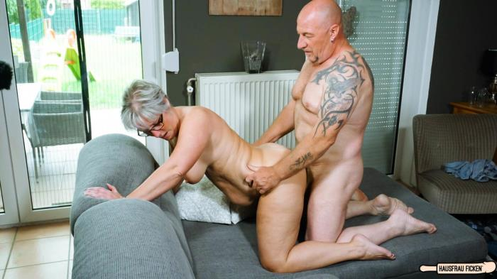 Hausfrau Ficken - Brigitte T. - Tattooed chunky German granny sucks and fucks her badass husband [FullHD 1080p]