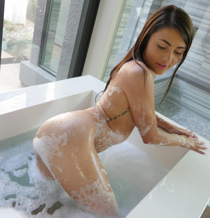 Adria Rae - Bathtub Antics  [HD 720p]