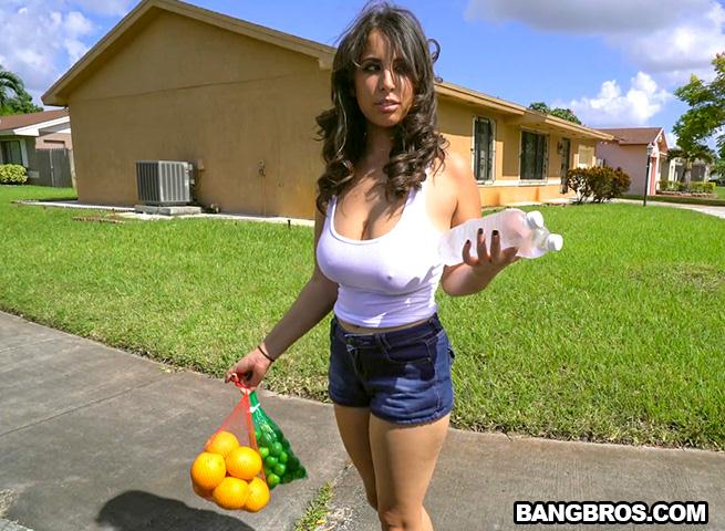 B1gT1tsR0und4ss3s.com: Nina Lopez slangs oranges and a fat ass [SD] (523 MB)