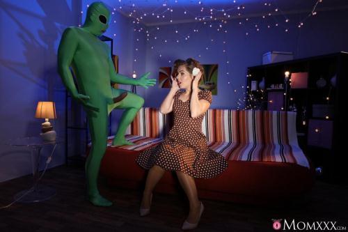 Sasha Zima - Mom gets probed on Halloween (27.10.2016/M0mXXX.com/SD/480p)