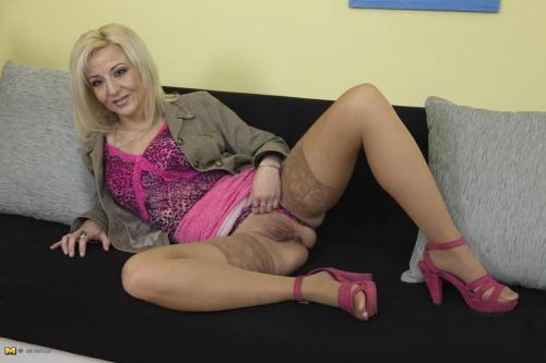 Mature.nl [Brenda B - Naughty Housewife Playing With Her Toys] HD, 720p