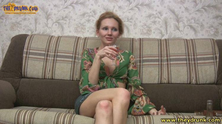 Russian skinny blonde drunk, undressed and pee in the bathroom / 2016 [Drunken Russian Girl / HD]