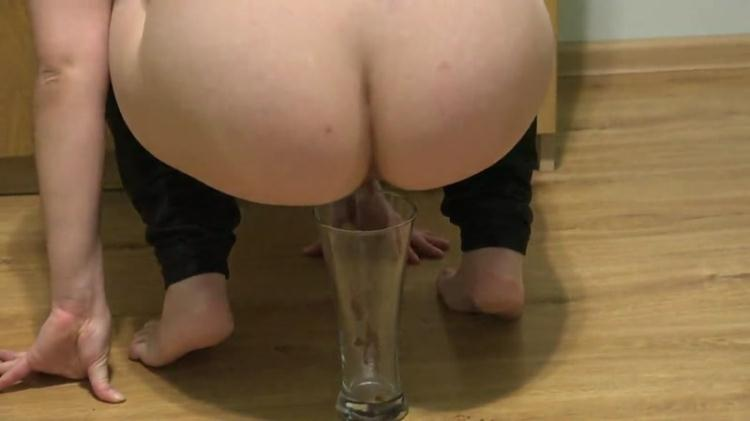 Girl shit and pissing into the glass / SCAT / 03 Nov 2016 [FullHD]