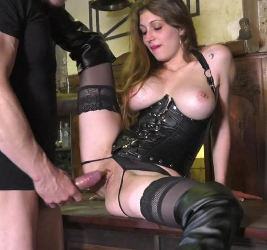 femme qui filme son compagnon lui lecher le clitoris