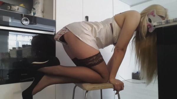 Blonde Heels Pull Pants (FullHD 1080p)
