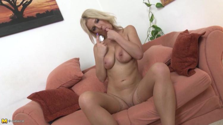 Lucy Angel - Naughty Housewife Lucy Angel Playing With Herself / 10 November 2016 [Mature.nl / HD]