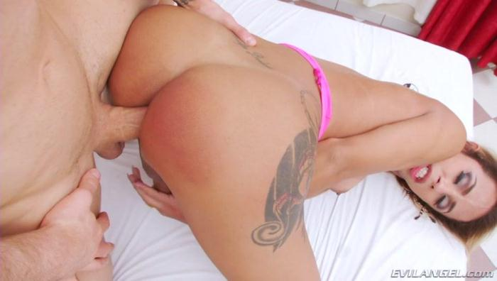 T-Girl Bruninha Gets Dirty With A Stud [SD/400p/218 MB]