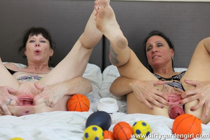 DirtyGardenGirl.com: SexySasha & Dirtygardengirl prolapse balls fun [FullHD] (462 MB)