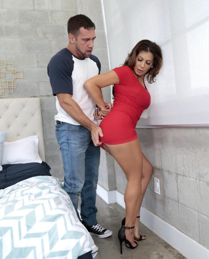 MilfHunter/RealityKings: Nikki Capone - Seductive Capone  [HD 720p]  (Milf)
