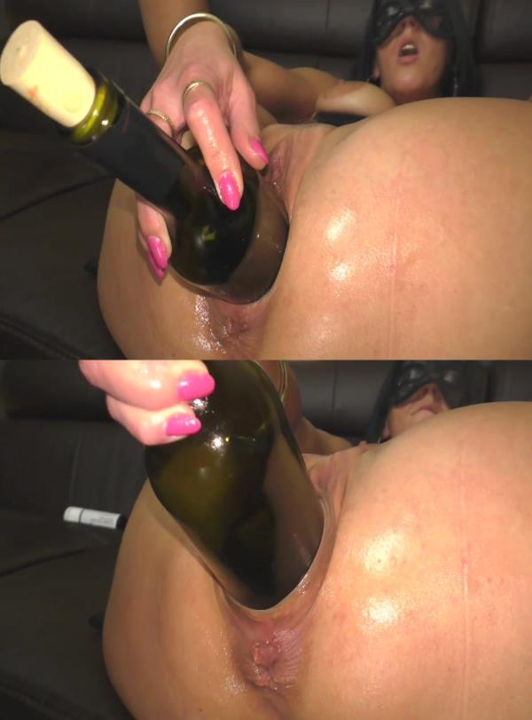(Sicflics | HD) Amateur - Huge wine bottle insertion (131 MB/2016)