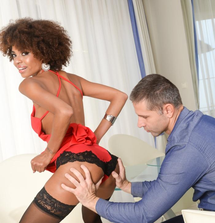 PixAndVideo/21Sextury: Luna Corazon - Luna Shakes her Ass  [HD 720p]  (Interracial)