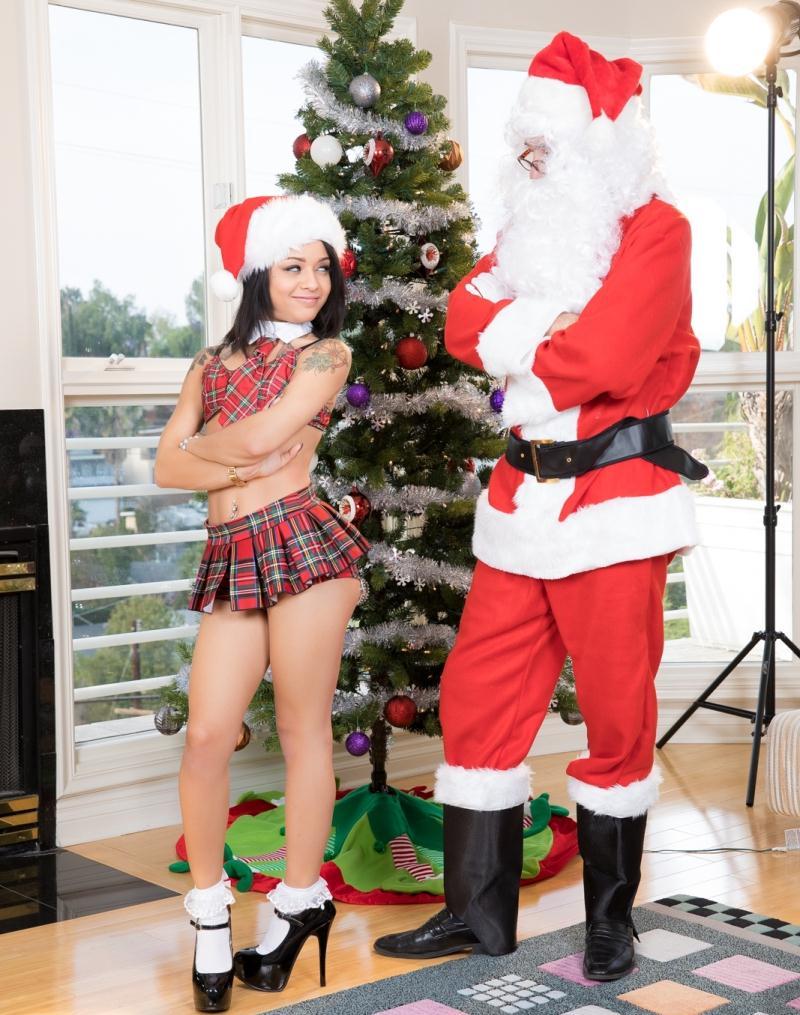 JulesJordan: Holly Hendrix - Ho Ho Ho… Santa Gave Me Anal For Christmas!  [HD 720p] (1.03 GiB)