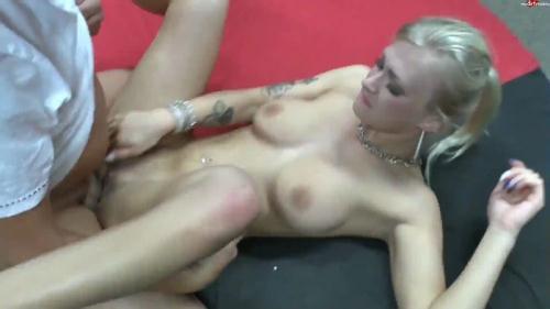 [KathiRocks - Sexuberfall in der Damenumkleide] FullHD, 1080p