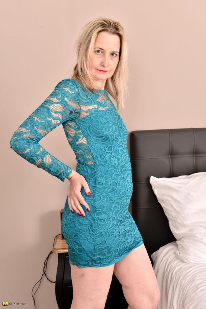 Emma Turner (EU) (42) - British housewife playing with herself [FullHD] mature.eu