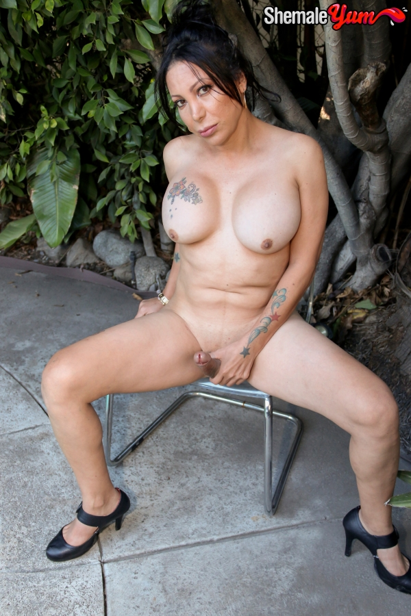 Samantha - Gets Naked In Buddy's Back Yard! (ShemaleYum) [HD 720p]