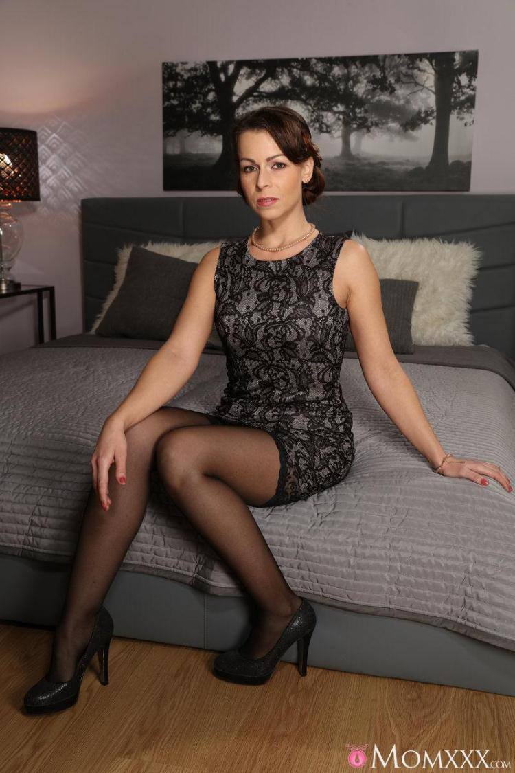 Caroline Ardolino - Housewife in stockings squirting / 16 Jan 2017 [MomXXX / SD]