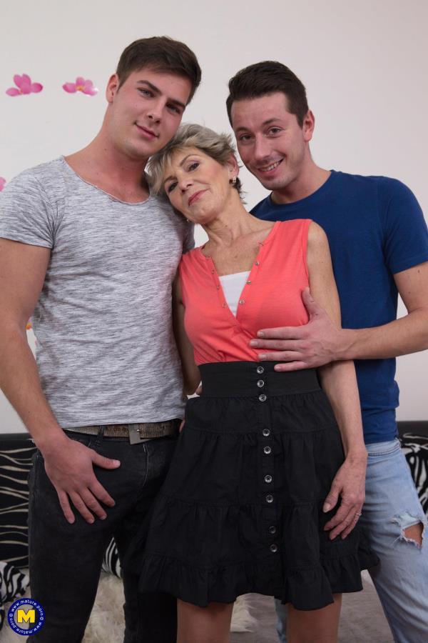 (Mature.nl | FullHD) Irenka S. (58) - kinky mature lady having a threesome (2.18 GB/2017)