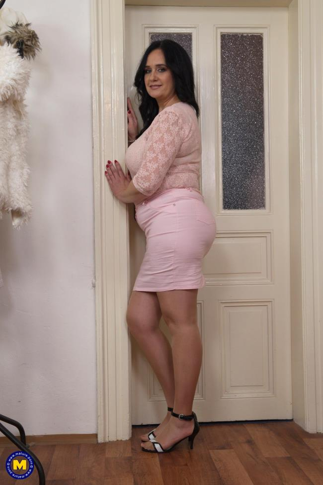 Mature.nl: Raisha E. (50) - Big beautiful housewife fingering herself (FullHD/2017)