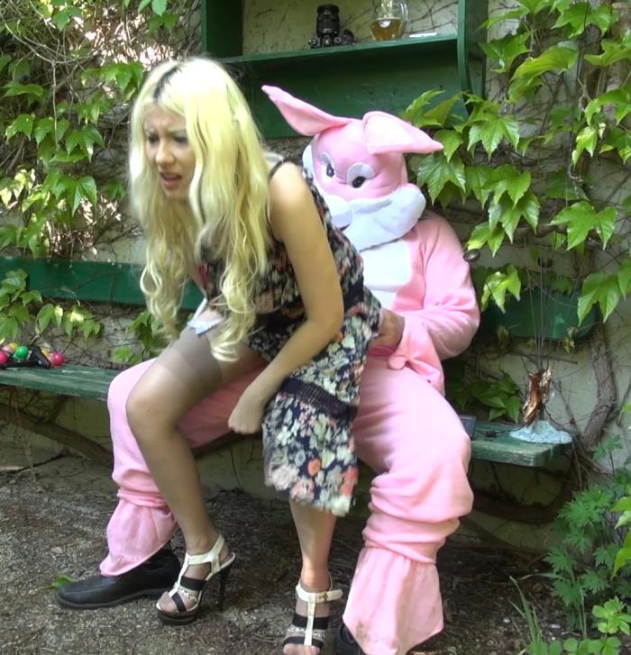 Funmovies: Sarah Dark - Egg hunting  [FullHD 1080p]