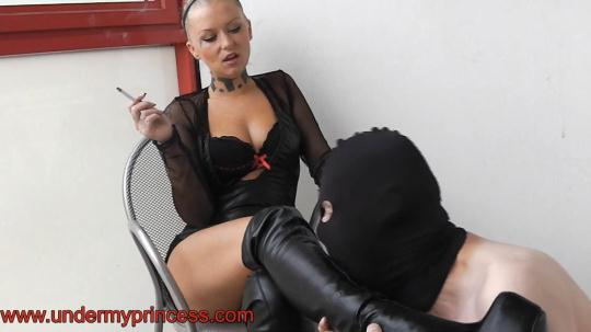 Undermyprincess: Princess Roxy kicking and boot worship (FullHD/1080p/539 MB) 17.01.2017