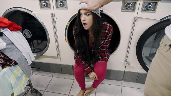 Annika Eve - Latina Gets Facial In Laundromat - PervsOnPatrol.com / Mofos.com (SD, 480p)