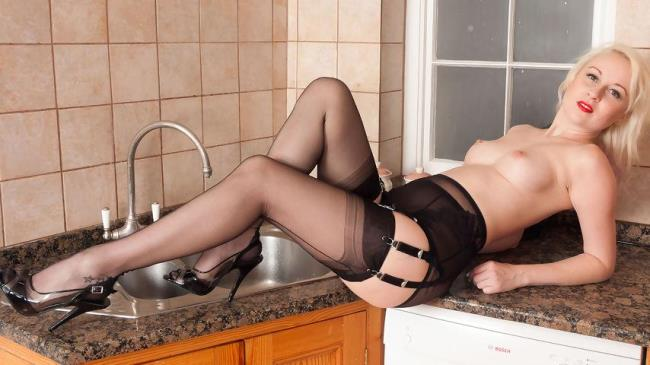 VintageFlash: Kiana Kraze - In the kitchen at parties... (FullHD/2017)