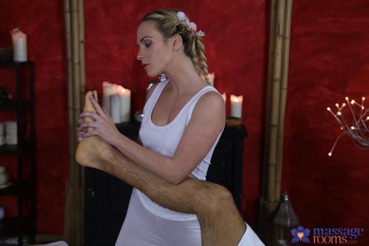 Cristin Caitlin aka Vinna Reed - Hot cum all over blonde's tight ass / 09.01.2017 [MassageRooms / SD]