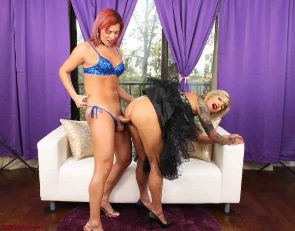 Kendra Sinclaire, Nina Lawless - Bored lonely housewife calls Kendra over for a proper fucking! (TSNinaLawless) [FullHD 1080p]