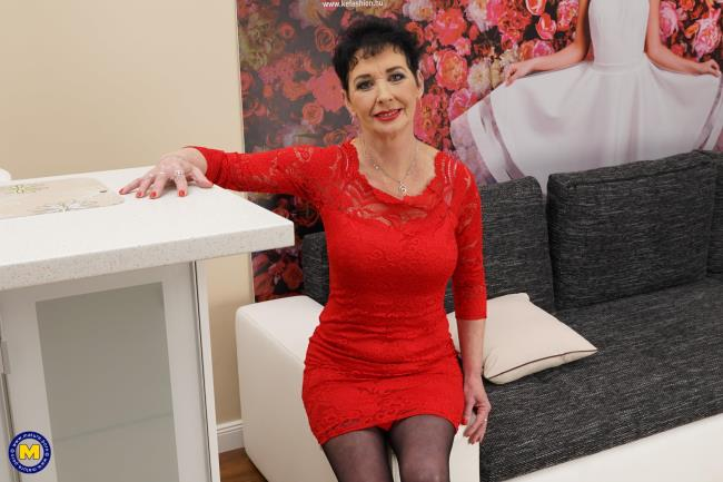 Mature.nl: Elana S. (53) - Horny housewife masturbating on the couch (FullHD/2017)