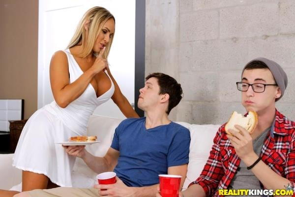 MilfHunter.com / RealityKings.com - Tegan James - Banging Hot Milf (SD) 362 MB
