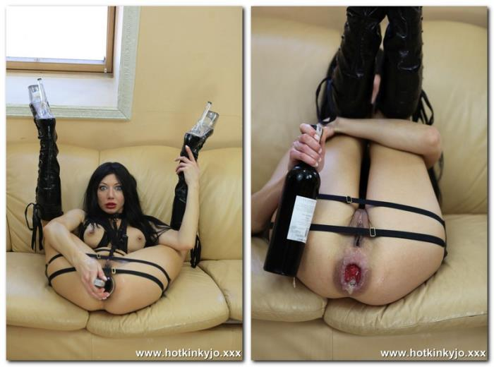 (Hotkinkyjo.xxx) Hotkinkyjo - In the boots. Fucking ass with wine bottle (HD/720p/250 MB/2017) FREE VIDEO
