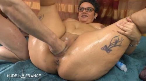 Nudeinfrance.com [Kelly - BBW mature heating up by masturbating and spreading massage oil before getting her ass fisted plugged and creamed] HD, 720p