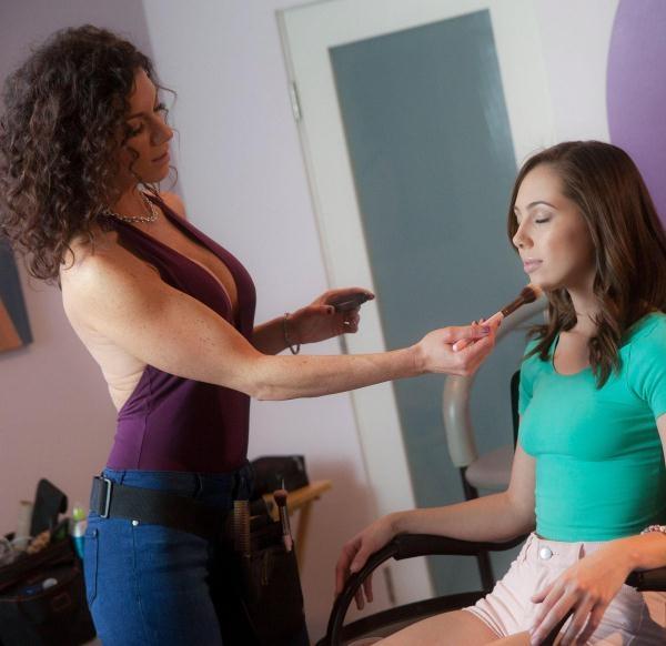 Jenna Sativa,Lynn Vega - Pre-Scene Warmup (MomKnowsBest) [FullHD 1080p]