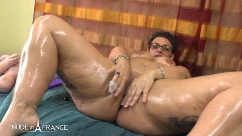 Nudeinfrance.com [BBW mature Kelly heating up by masturbating and spreading massage oil before getting her ass fisted plugged and creamed] HD, 720p