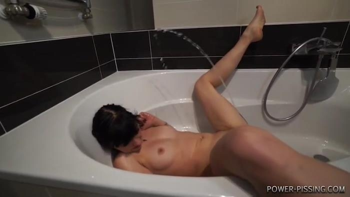 Annie did a great self-pee in bathtub, her stream goes high like fountain (Power-Pissing) SD 480p