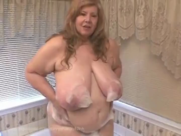 Curvy Sharon - Spying On Mommies Bath (SD 406p)
