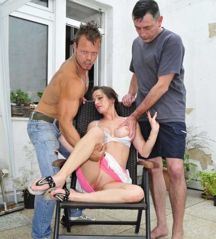 ReifeSwinger - Adrienne Kiss - German mature Adrienne Kiss gets two pussy creampies in outdoor threesome  [2016 HD]