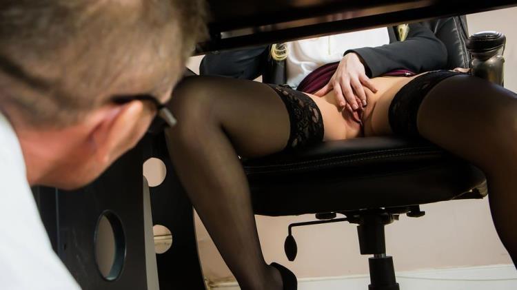 порно онлайн вылезла из под стола