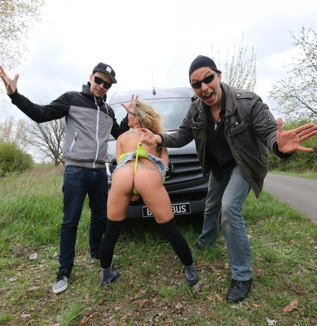 BumsBus/PornDoePremium - Izzy Mendosa - German blondie Izzy Mendosa gets picked up and fucked in the moving bus  (720p / HD)