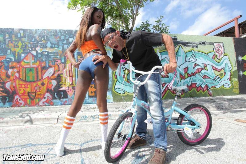 IKillitts/Trans500: Brooke Morgan - Hey thats my Bike! [SD 402p] (151 MB)
