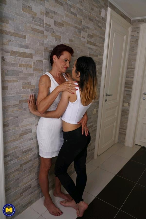 Jackie (20), Kim O. (53) - Mature lesbian playing with a horny young babe (Mature.nl) [FullHD 1080p]