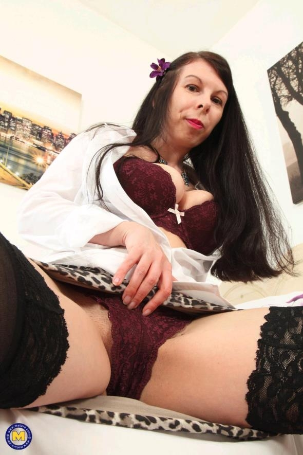 Mature.nl: Emily Winters (EU) (33) - British housewife fooling around (FullHD/2017)
