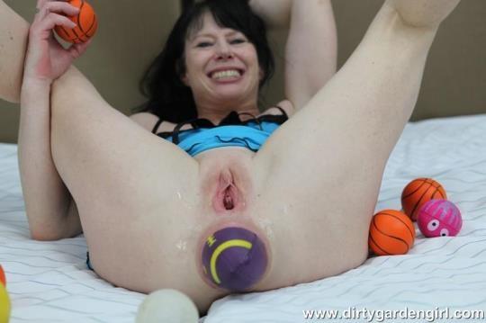 DirtyGardenGirl: Balls on bed (HD/720p/255 MB) 14.06.2017