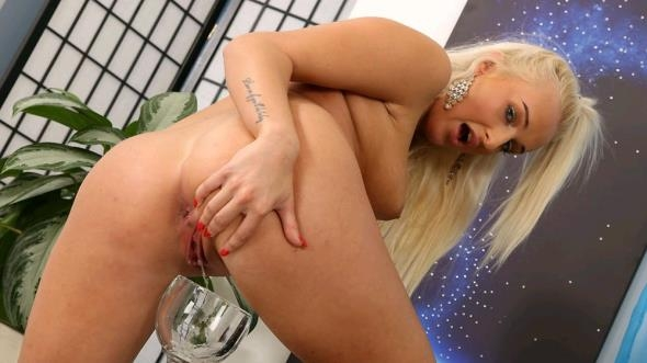 WetAndPissy.com - Daisy Lee - Golden Curves [FullHD 1080p]